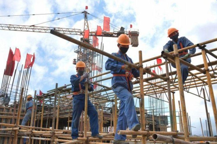Para pekerja ketika melaksanakan tugasnya membangun Rumah Sakit Umum Pyongyang, Korea Utara.
