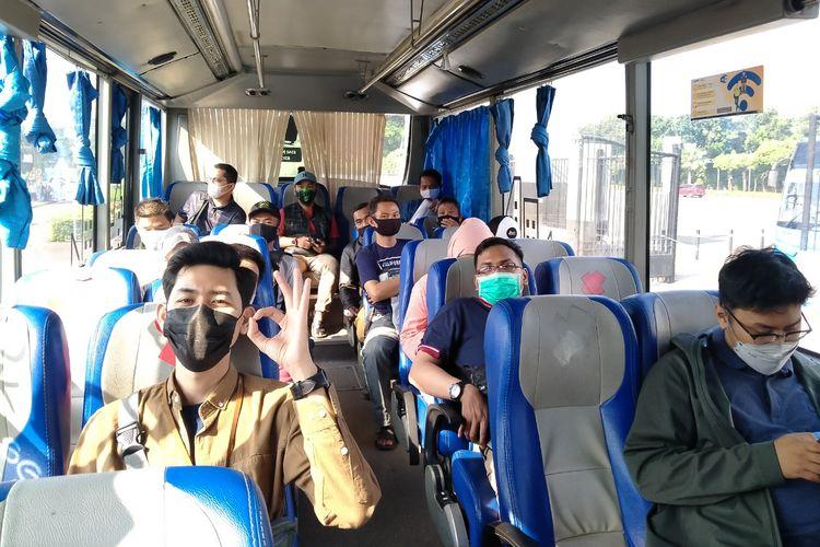 Kabin bus Damri dengan kapastitas 50 persen