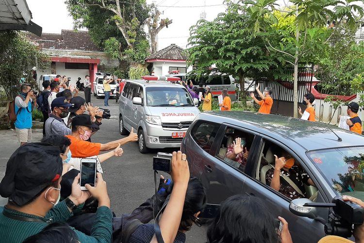 Para warga saat menyambut kedatangan para tenaga medis di tempat singgah sementara di Pusdiklat Kemendagri di Baciro, Kota Yogyakarta