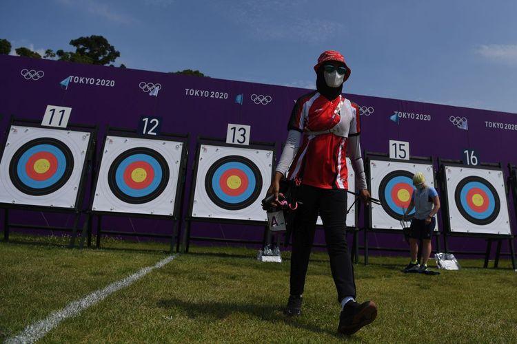 Pemanah Indonesia Diananda Choirunisa berjalan seusai mengambil anak panah dalam kualifikasi perorangan putri Olimpiade Tokyo 2020 di Yumenoshima Park Archery Field, Tokyo, Jepang, Jumat (23/7/2021). Diananda menempati posisi ke-40 dengan total poin 631.