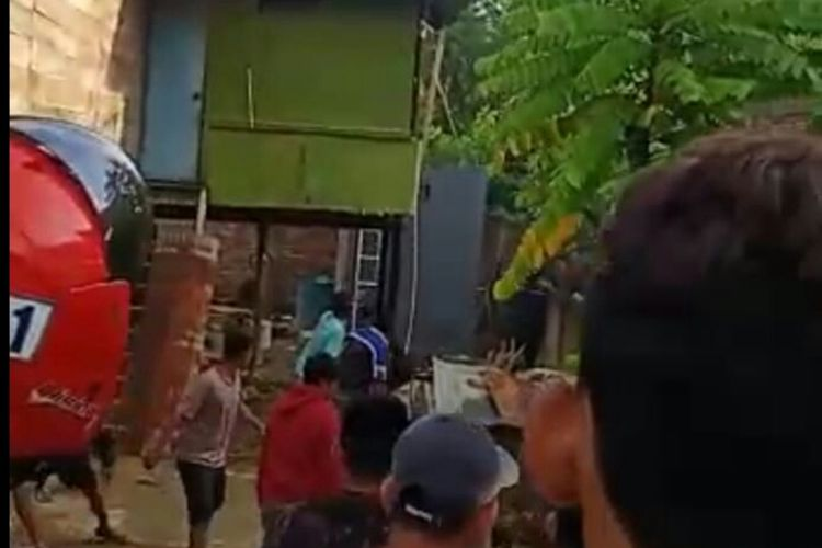 Warga Kabupaten Wajo, Sulawesi Selatan tengah meenghakimi seorang pria yang baru bebas dari penjara mendapat asimilasi covid-19 lantaran kepergok hendak mencuri. Rabu, (8/4/2020).