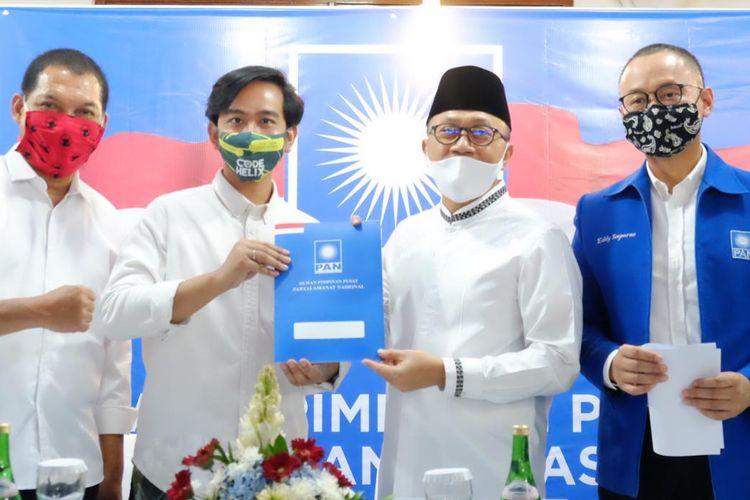 Ketua Umum PAN Zulkifli Hasan dan putra sulung Presiden Jokowi Gibran Rakabuming Raka menyerahkan surat rekomendasi untuk Pilkada Solo 2020 di Jakarta, Rabu (12/8/2020).