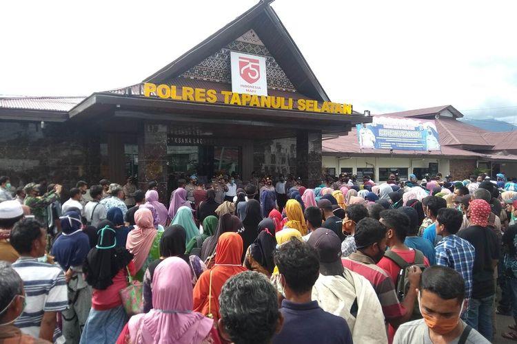 Ratusan warga Desa Padang Garugur, Kecamatan Batang Onang, Padang Lawas Utara melakukan aksi unjuk rasa di Mapolres Tapanuli Selatan, Senin (28/12/2020). Mereka menolak adanya praktik Galian C di wilayah mereka dan memberikan dukungan kepada 8 warga mereka yang dijadikan tersangka.