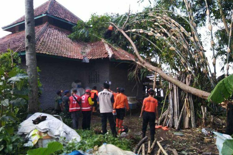 Tim BPBD dan masyarakat membersihkan pohon tumbang menimpa bangunan Masjid di Cibeureum, Kota Sukabumi, Jawa Barat, Kamis (24/9/2020).