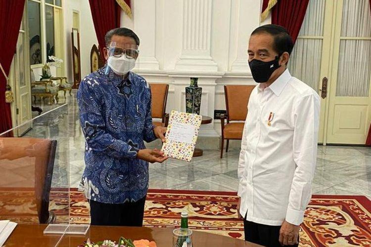 Gubernur Sulsel, Nurdin Abdullah menyerahkan buku karya anak Kabupaten Luwu Timur ke Presiden Jokowi.