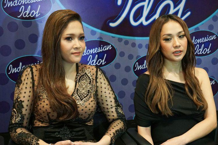 Juri Indonesian Idol Maia Estianty (kiri) dan Bunga Citra Lestari ditemui usai pergelaran Spektakuler Show Top 5 Indonesian Idol di MNC Studios, Kebon Jeruk, Jakarta Barat, Selasa (20/3/2018) dini hari.