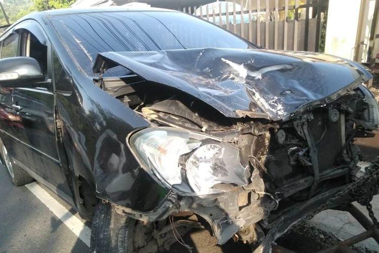 Kondisi minibus yang ringsek usai terlibat tabrakan di ruas jalan raya Puncak, Ciloto, Cianjur, Jawa Barat, Minggu (01/12/2019). Dalam peristiwa tersebut, seorang pengendara sepeda motor tewas di lokasi kejadian akibat terpental jatuh ke bawah jembatan.