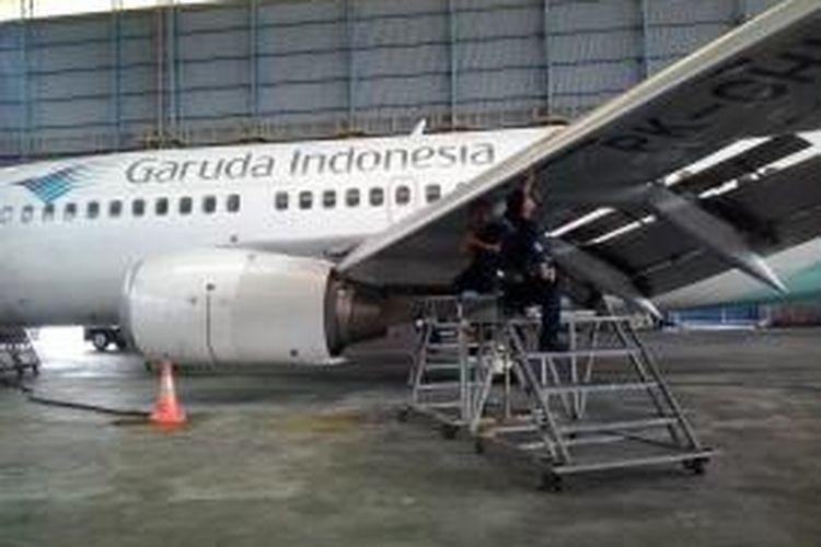 Kru Garuda Indonesia Melakukan Pengecekkan Pesawat di Hanggar 2 Garuda Maintenance Facilities (GMF), Bandara Soekarno Hatta, Cengkareng