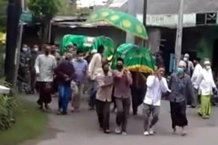 Proses pemberangkatan kedua jenazah pasangan Fathkan Sibyan (68) dan istrinya, Ummi Munawaroh (60 yang meninggal di Kelurahan Sukorejo, Kabupaten Bojonegoro, Jawa Timur, Jumat (5/2/2021).