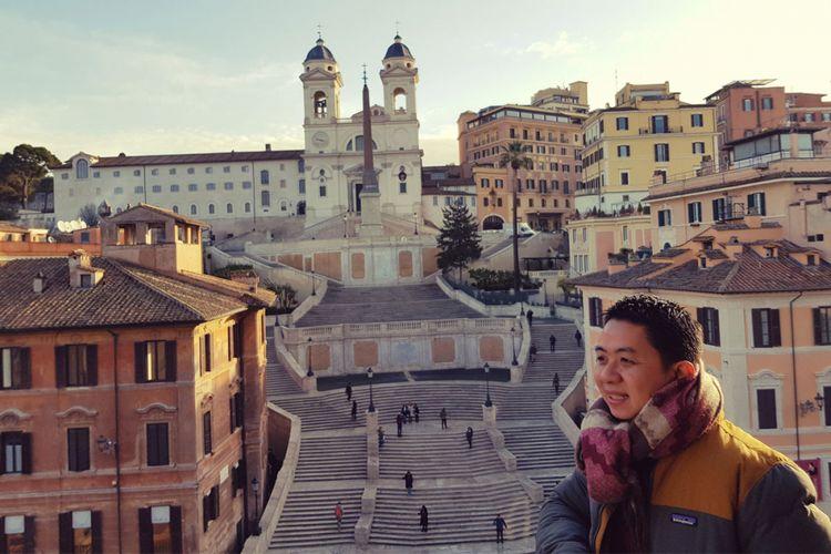 Gaya plandid alias candid yang terencana dengan model travelgram Kenny Santana dengan latar belakang objek wisata Spanish Step di kota Roma, Italia.
