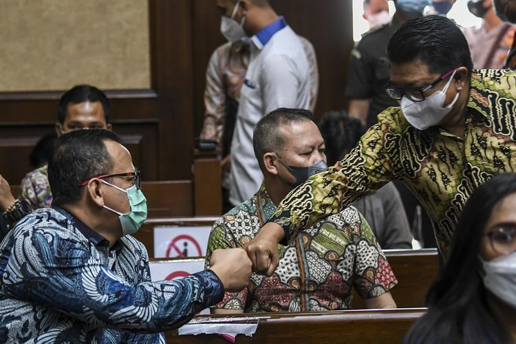 Terdakwa kasus dugaan suap izin ekspor benih lobster tahun 2020 Edhy Prabowo (kiri) menyapa mantan Staf Khusus, yang juga terdakwa Safri (kanan) saat akan mengikuti sidang lanjutan di Pengadilan Tipikor, Jakarta, Selasa (15/6/2021).  Agenda sidang lanjutan mantan menteri kelautan dan perikanan tersebut adalah mendengarkan sejumlah keterangan saksi. ANTARA FOTO/M Risyal Hidayat/nz