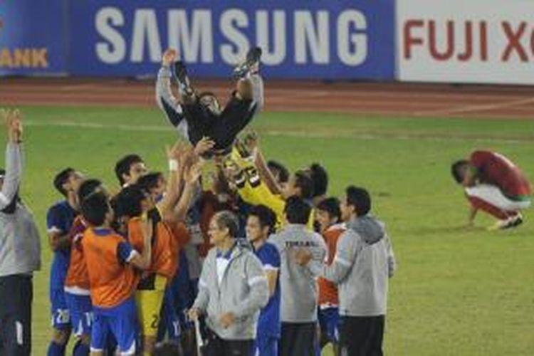 Para pemain tim nasional U-23, Thailand, saat merayakan gelar juara cabang sepak bola SEA Games 2013 seusai mengalahkan Indonesia 1-0 pada final di Naypyidaw, Sabtu (21/12/2013).