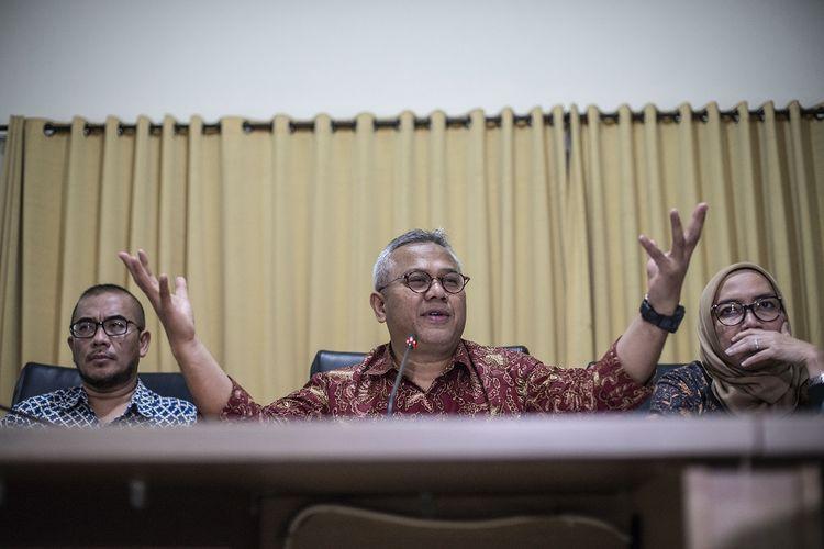 Ketua KPU Arief Budiman (tengah) bersama Komisioner KPU Hasyim Asyari (kiri) dan Evi Novida Ginting Manik (kanan) memberikan keterangan pers soal kasus penetapan calon terpilih anggota DPR Pemilu 2019 PDI Perjuangan Dapil Sumsel I di Kantor KPU Pusat, Jakarta, Jumat (10/1/2020). KPU menegaskan bahwa keputusan penetapan Penggantian Antar Waktu (PAW) anggota DPR periode 2019-2024 merujuk pada Undang-Undang bukan fatwa Mahkamah Agung dan saat ini KPU juga telah menerima surat pengunduran diri dari Wahyu Setiawan sebagai Komisioner KPU. ANTARA FOTO/Aprillio Akbar/wsj.