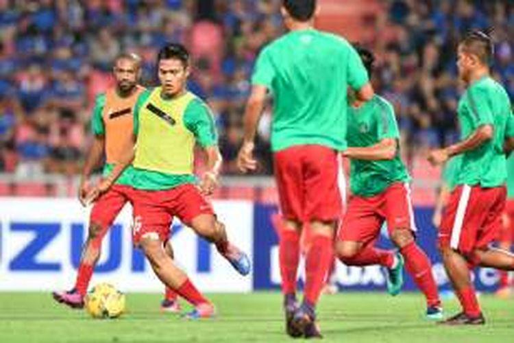 Fachruddin Aryanto dkk melakukan pemanasan jelang final kedua Piala AFF 2016 di Stadion Rajamangala, Sabtu (17/12/2016).