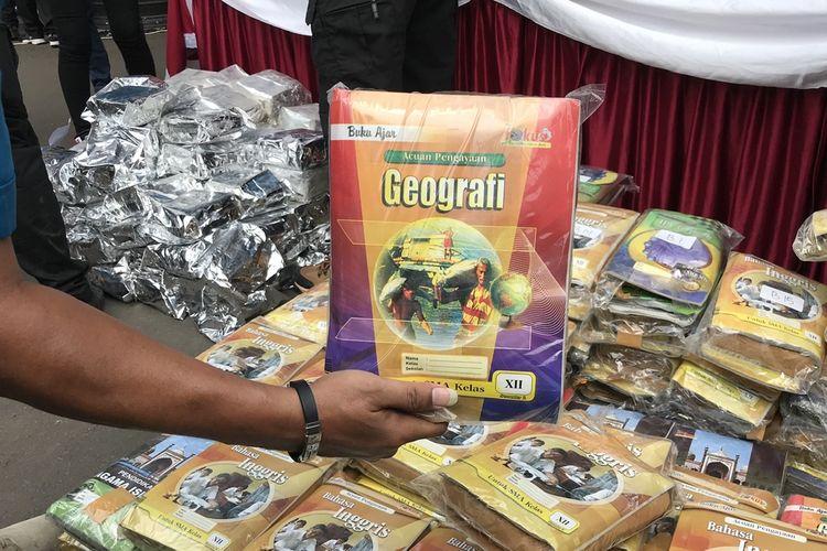 Dua tersangka pengedar narkotika jenis ganja berinisial HS dan NK mengelabui masyarakat lantaran mengirimkan paket ganja dengan membungkusnya dengan buku pelajaran Lembar Kerja Sekolah (LKS).
