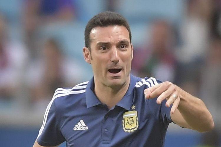 Pelatih Lionel Scaloni memberi instruksi kepada anak-anak asuhnya pada laga Qatar vs Argentina dalam lanjutan Copa America 2019 di Gremio Arena, 23 Juni 2019.