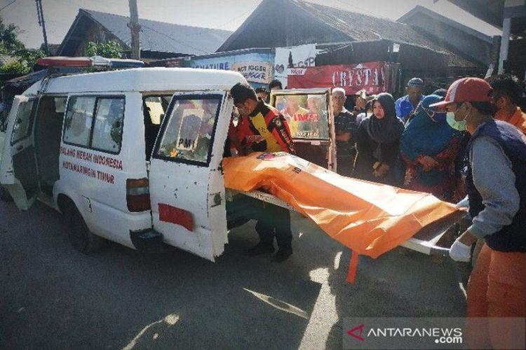 Petugas memindahkan jenazah Cahaya (66) yang diduga menjadi korban perampokan di rumahnya, di Jalan Baamang I, Kelurahan Baamang Hulu, Sampit, Kalimantan Tengah, Jumat (30/10/2020).
