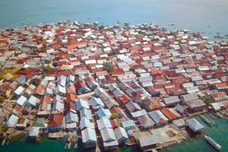 Kepadatan Pulau Bungin di Kecamatan Alas, Kabupaten Sumbawa, Provinsi Nusa Tenggara Barat tampak dari atas tidak ada ruang kosong.