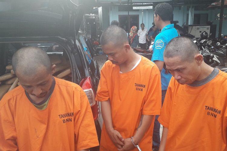 Tiga kurir narkoba yang ditangkap BNN di Cilegon dihadirkan dalam konferensi pers di Kantor BNN, Kamis (16/5/2019).
