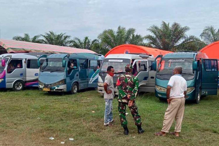 Ratusan warga asal Desa Panton Rayeuk Sa, yang mengungsi di Kantor Camat Banda Alam, Kabupaten Aceh Timur, Rabu (14/4/2021) bersiap kembali ke rumah masing-masing.