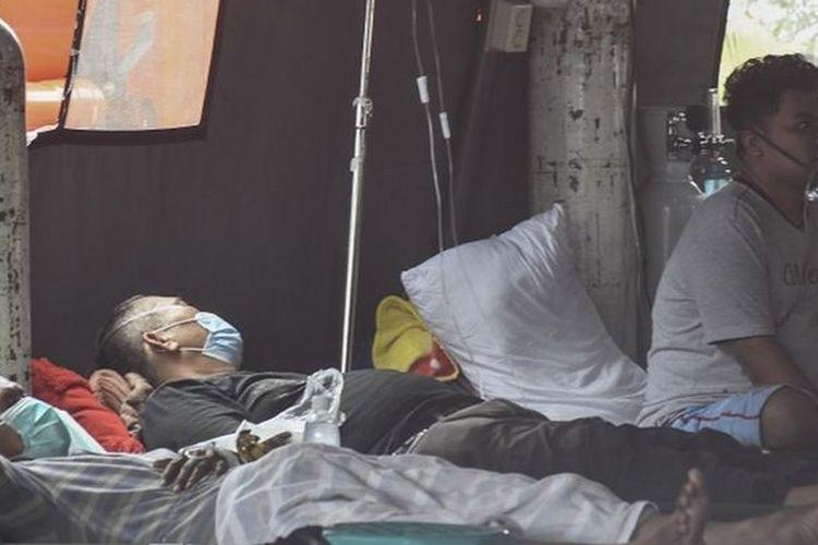 Sejumlah pasien menjalani perawatan di tenda darurat yang dijadikan ruang IGD (Instalasi Gawat Darurat) di RSUD Bekasi, Jawa Barat, Jumat (25/6/2021).