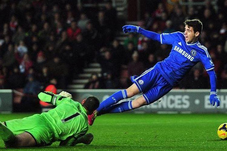Gelandang Chelsea, Oscar, terjatuh akibat antisipasi kiper Southampton, Kevin Davis, dalam laga Premier League, di Stadion Saint Mary, Rabu (1/1/2013). Namun, wasit Martin Atkinson menilai tak ada pelanggaran, dan mengganjar Oscar dengan kartu kuning, karena menilainya melakukan diving.