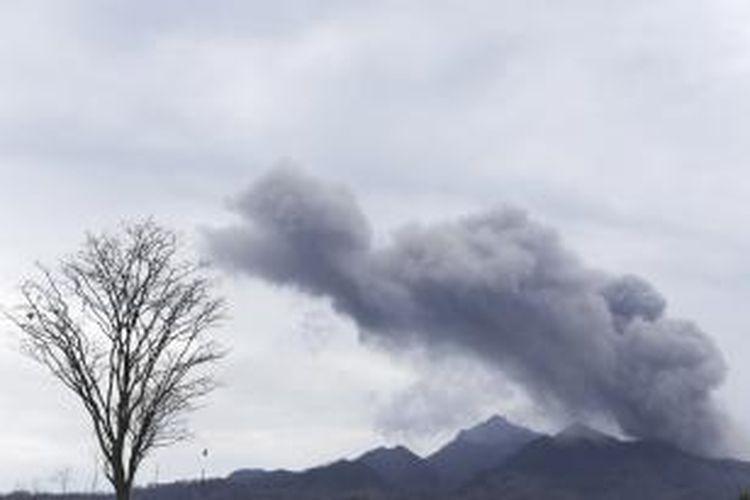 Asap hitam meninggi di sekitar Gunung Kelud, terlihat dari Desa Pandansari, Kecamatan Ngantang, Kabupaten Malang, Senin (17/2/2014). Akibat meletusnya Gunung Kelud, membuat sejumlah perkebunan warga rusak hingga mengalami gagal panen.