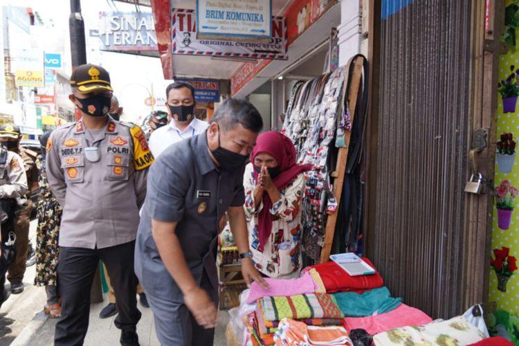 Bupati Garut Rudy Gunawan memantau pelaksanaan protokol kesehatan di kawasan Jalan Ahmad Yani Garut Kota bersama jajaran Muspida, Senin (21/09/2020)