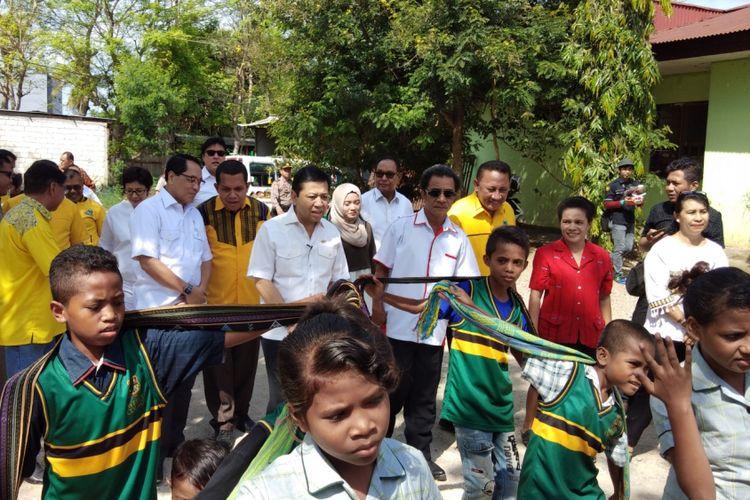 Kedatangan Ketua DPR RI Setya Novanto disambut tarian oleh anak-anak yatim piatu Panti Asuhan Katolik Yayasan Sonaf Maneka, Kota Kupang, Nusa Tenggara Timur (NTT), Senin (13/11/2017).