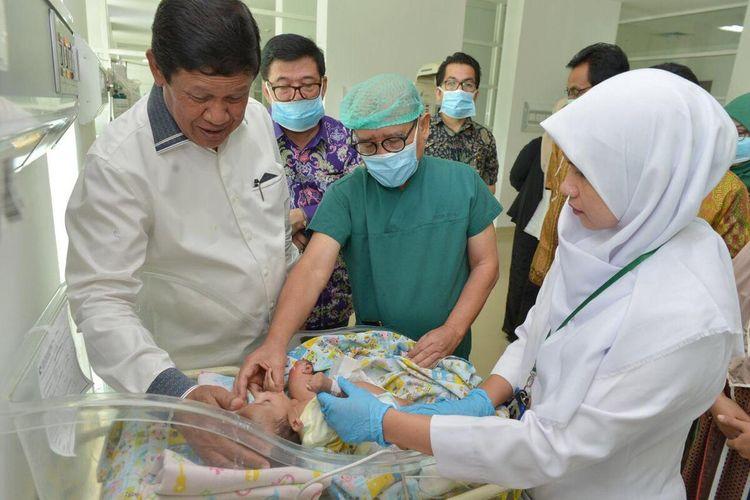 Plt Gubernur Kepulauan Riau (Kepri) Isdianto mengatakan bahwa Pemprov Kepri akan membantu biaya operasi pemisahan bayi kembar siam pasangan Suci dan Risky, warga Nongsa, Batam, Kepri. Tidak saja Pemprov Kepri, nantinya sebagian biaya operasi juga akan ditanggung BPJS Kesehatan.