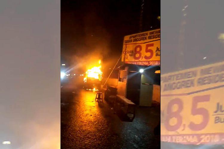 Pikap yang dibuat berdagang tahu bulat terbakar di  dekat mal Taman Anggrek, Jakarta Barat, Rabu (21/2/218).