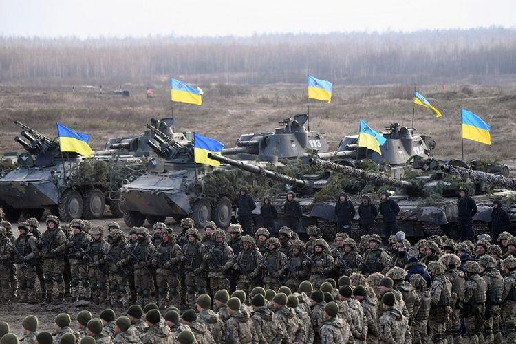 Personel militer Ukraina ambil bagian dalam latihan perang di wilayah Zhytomyr pada 21 November 2018.