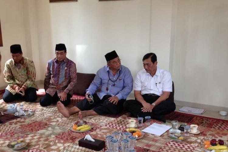 Menteri Koordinator Bidang Kemaritiman Luhut Binsar Pandjaitan dan Menteri Perhubungan Budi Karya Sumadi  mengunjungi Pondok Pesantren As-Tsaqafah, Jakarta, Kamis (6/4/2017)