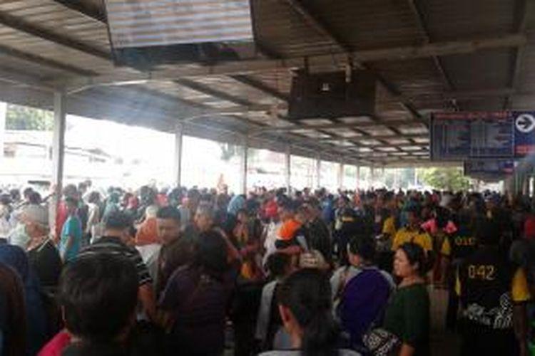 Stasiun Senen, Jakarta Pusat, pada H-4 dipenuhi para calon penumpang kereta api, Kamis (24/7/2014).