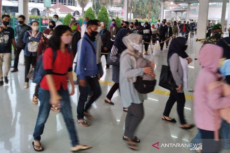 Antrean calon penumpang KRL di Stasiun Bogor, pada Senin (22/6/2020) pagi.