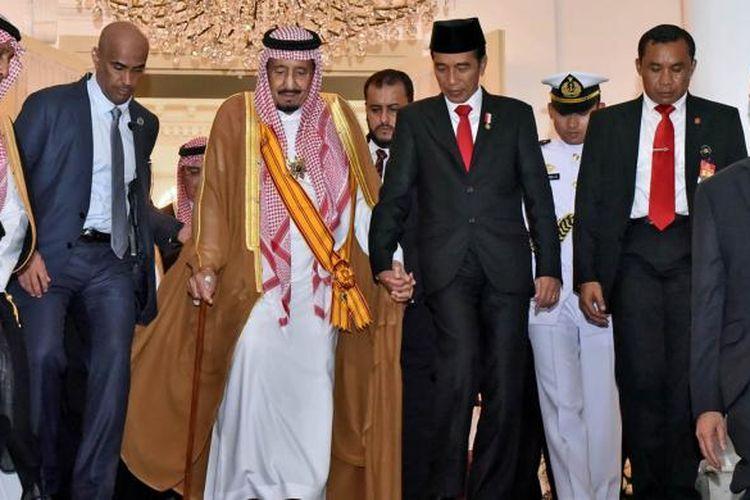 Presiden Indonesia Joko Widodo (dua kanan) dan Raja Arab Saudi Salam bin Abdulazis al-Saud berpegangan tangan seusai pertemuan di Istana Bogor, Jawa Barat, Rabu (1/3/2017).