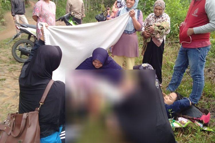 Warga membantu ibu hamil, Yati, warga Gunung Singkup, Kecamatan Langkaplancar, Kabupaten Pangandaran yang melahirkan di pinggir jalan, Jumat pagi (4/10/2019).