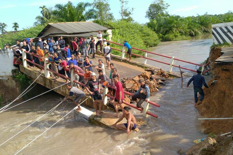 Jembatan ambruk di Desa Delas, Bangka Selatan, Rabu (15/4/2020).
