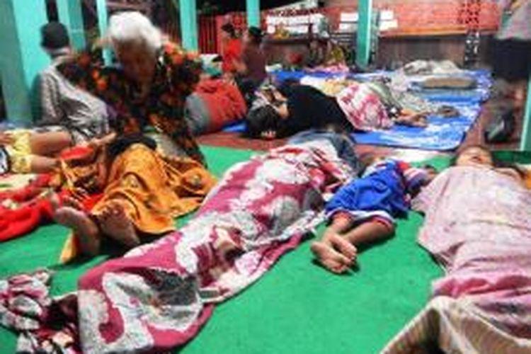 Warga mengungsi di balai desa Sumberagung Pesanggaran Kabupaten Banyuwangi karena takut terkena tsunami Kamis dini hari (03/04/2014)