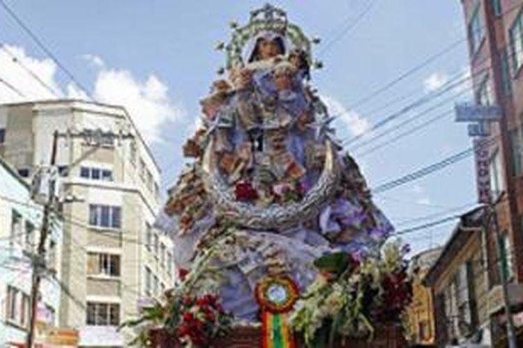 Patung Perawan Copacabana diarak pada sebuah prosesi do La Paz, Bolivia.