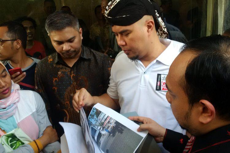 Artis musik Ahmad Dhani tiba di Bareskrim Mabes Polri, Jakarta Pusat, (19/10/2018) untuk melaporkan kasus persekusi yang menimpanya ketika berada di Surabaya, Jawa Timur.