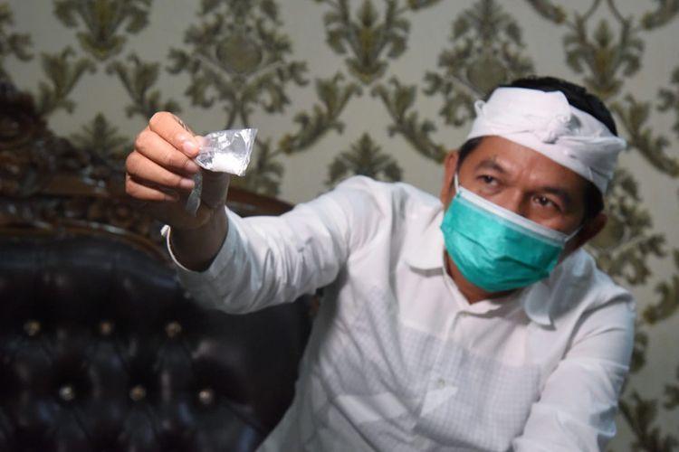 Wakil Ketua Komisi IV Dedi Mulyadi menunjukkan biji plastik dalam beras yang ditemukan Kejaksaan Negeri Purwakarta, Kamis (1/10/2020).