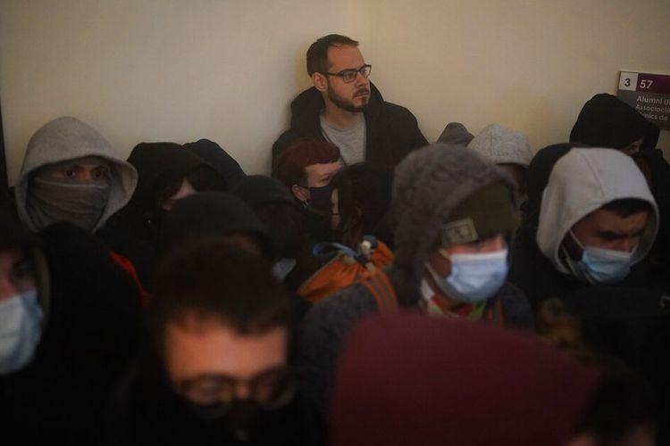 Pendukung mengelilingi penyanyi rap Pablo Hasel ketika petugas polisi tiba untuk menangkapnya di Universitas Lleida, Spanyol, Selasa (16/2/2021).