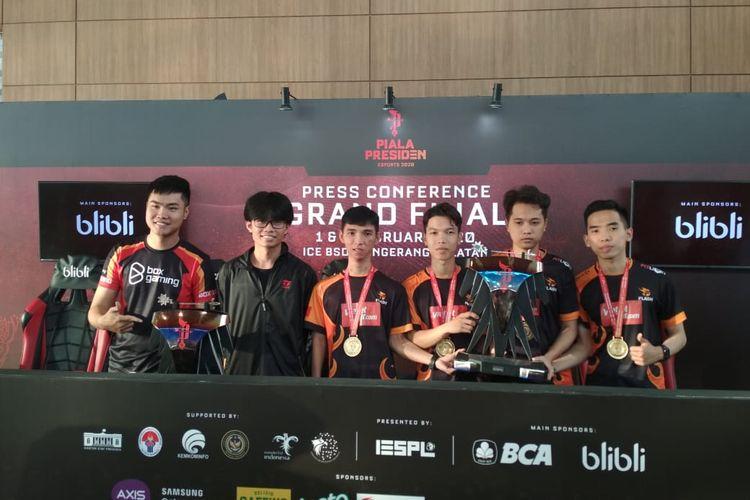 Nguyen Tuan Anh (kiri) juara eFootball Pro Evolutions Soccer dan tim The Flash pemenang Free Fire pada ajang Piala Presiden Esports 2020 yang berlangsung di ICE BSD, Minggu 2 Februari 2020.
