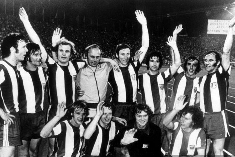 Gerd Mueller (berdiri ketiga dari kanan) saat berfoto bersama skuad Bayern Muenchen seusai menjuarai Bundesliga pada 28 Juni 1972. Gerd Mueller meninggal dunia pada Minggu, 15 Agustus 2021.