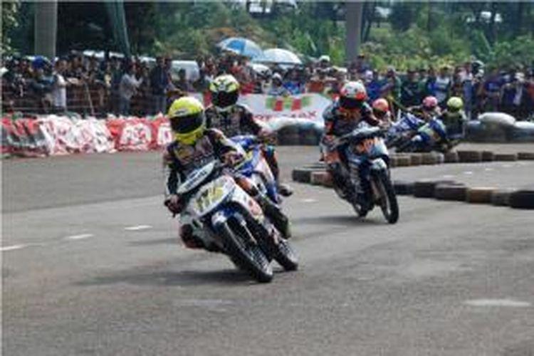 Pebalap Indonesia, Yoga Adi Pratama (depan) saat membalap di seri pertama Yamaha Cup Race di Cimahi, Bandung.
