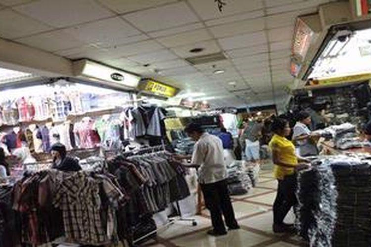 Perdagangan produk tekstil di Pasar Tanah Abang, Jakarta, Selasa (9/10/2012).