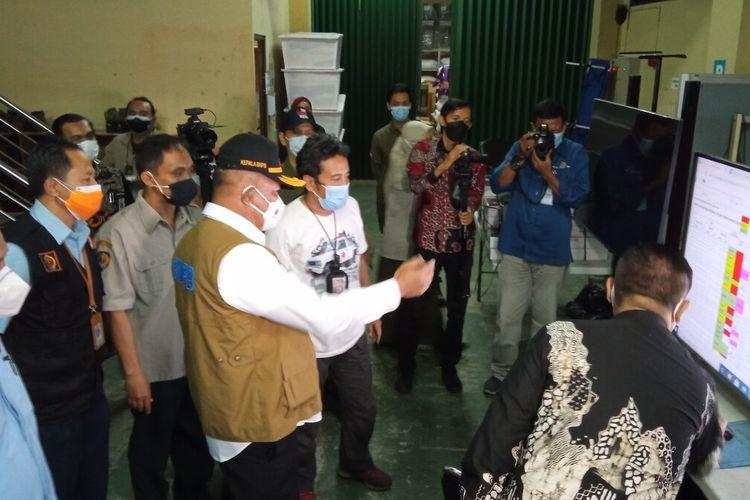 kepala BNPB (tengah topi) dengan komandan TRC BPBD DIY, dan Sekda DI Yogyakarta melakukan tinjauan ke kantor BPBD DIY, Selasa (27/7/2021)