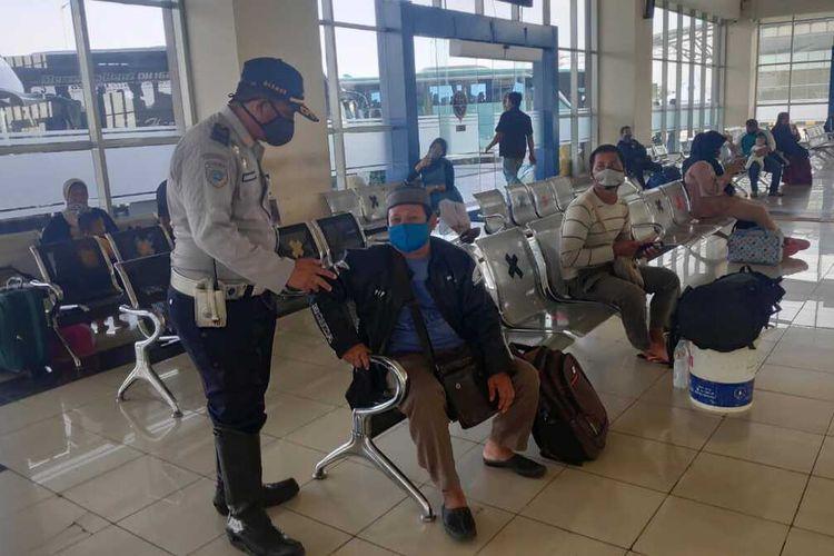 Suasana di dalam Terminal Terpadu Pulo Gebang, Jakarta Timur, Kamis (23/4/2020).