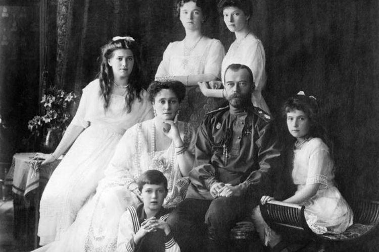 Tsar Nicholas II bersama istri dan anak-anaknya. Kaisar terakhir Rusia ini digulingkan Revolusi Bolshevik 1917 dan setahun kemudian dieksekusi bersama seluruh anggota keluarganya.